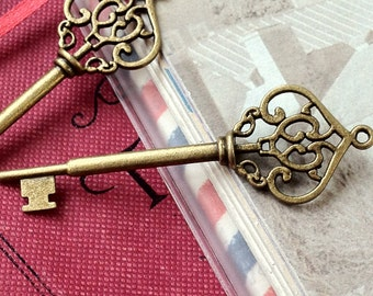 70 mm Antiqued Bronze Key Charm (.gn)