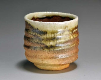 Shigaraki, anagama, ten-day anagama wood firing, with natural ash deposits tea cup. yunomi-06 with a paulownia box.