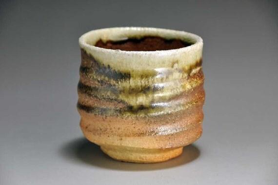 Shigaraki, anagama, ten-day anagama wood firing, with natural ash deposits tea cup. yunomi-06 with a paulownia box.