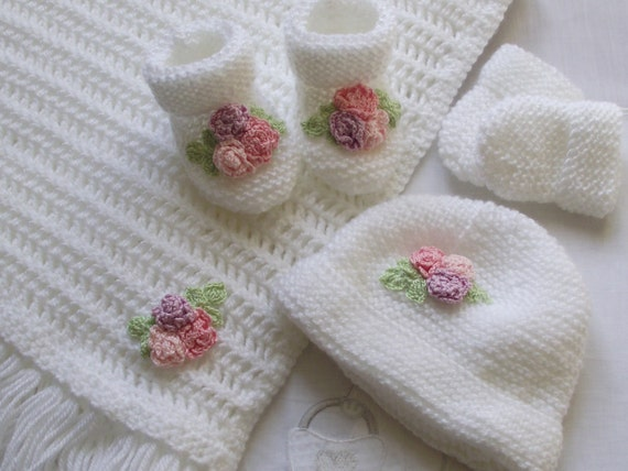 pram / crib blanket / shawl set includes blanket , hat , booties and mittens