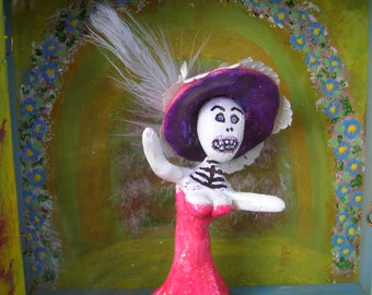 Sale Day of the Dead, Catrina comes in her own Shadowbox / Diorama.
