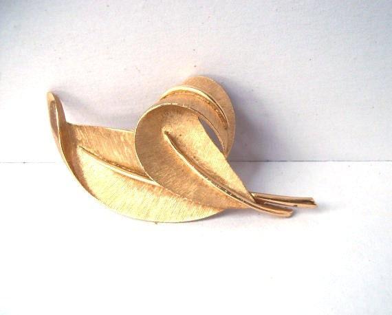 Gold leaves pin - vintage Trifari leaf duo brooch pin