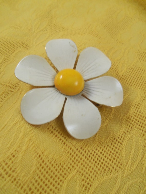 Mod Vintage '70s Flower Power Hippie Yellow and White Enamel Daisy Pin Brooch