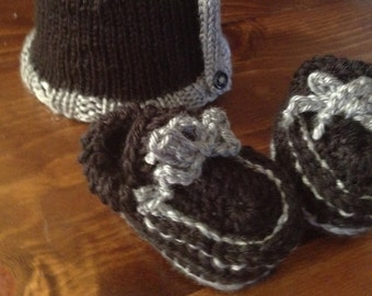 Hand knit Baby Moccasins and Slouchy Button Hat Set- Black/Gray
