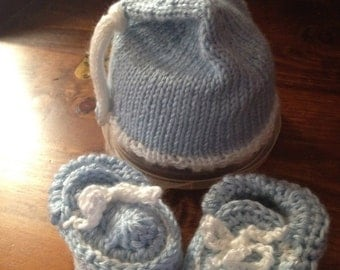 Hand knit Light Blue/White Baby Moccasins and Slouchy Button Hat Set