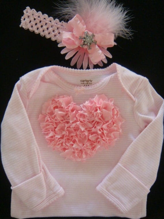 "The Best Baby Coming Home Outfit For Girls. As a mom of three girls, ages 31/2, 2 and 7 months, Bean knows all about shopping for the ultimate baby girl coming home outfit. While her first daughter wore a ""soft pink gown with white lace details,"" Bean concedes that wasn't the best choice trying to buckle baby into the car seat."