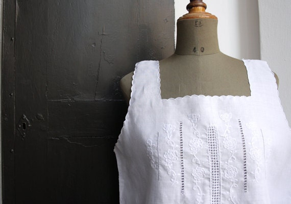 WHITE LiNeN BLoUsE // Vintage Italian blouse // Embroidered