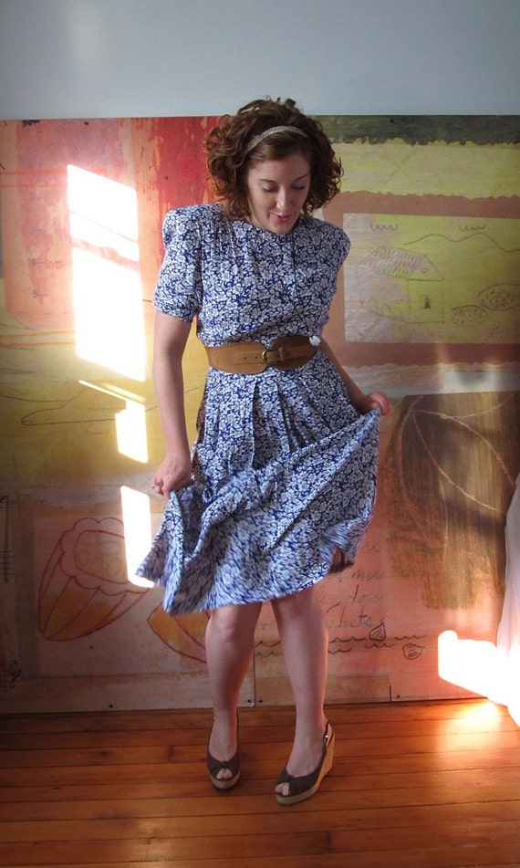 4TH OF JULY )( Vintage 80s Does the 40s )( Blue & White Floral Dress )(
