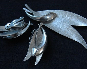 Vintage brushed silvertone brooch and earring set