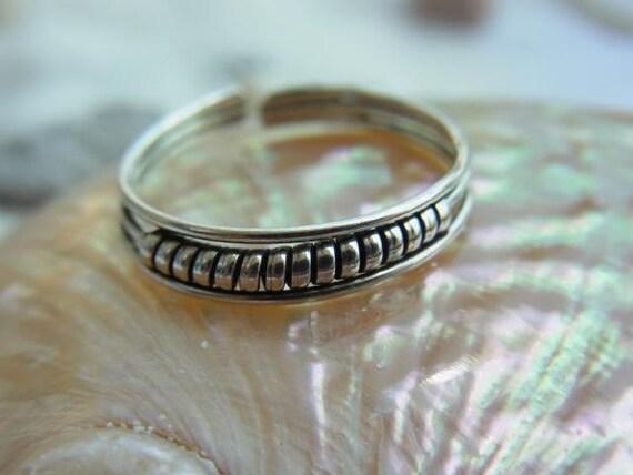 Medium strand Sterling silver toe ring