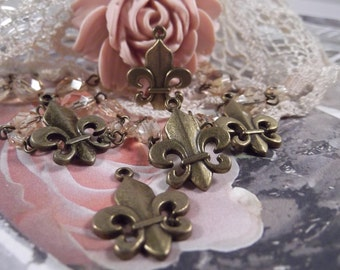 Antique Bronze - Fleur De Lis Charms - 5 Pieces --- CHM - 010