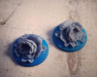4 Pcs Unique Vintage Style Grey Flower on Blue Base Cameo Cabochons gray F049