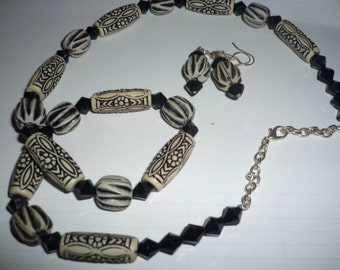 Black and Beige striking necklace