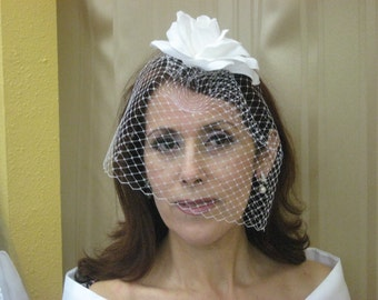 Brides Birdcage Veil, White big flower, modern vintage bridal look, wedding veil fascinator, retro veil