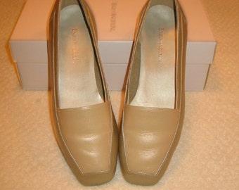 vintage Enzo Angiolini womens leather flats . . .   tan, beige & bronze . . . .  7W