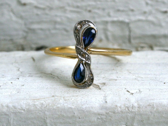 Sweet Antique Sapphire and Diamond Bow Ring in 18K Yellow Gold/Platinum.