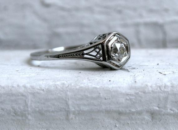 Lovely Vintage Art Deco 18K White Gold Diamond Engagement Ring.