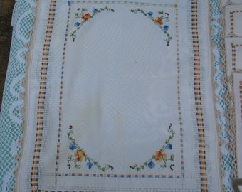 On Sale - 1950s Vintage Set of 4 Napkins and a Tray Mat of Embroidered Flowers