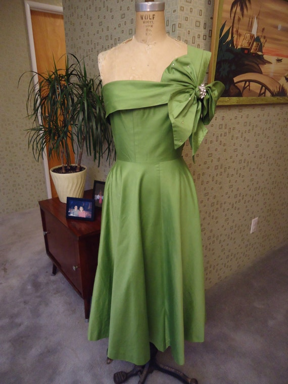 1950's Vintage Green Circle Skirt Cocktail Party Dress. VLV.  rockabilly