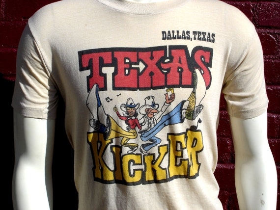 1970s TEXAS Mens T-Shirt, Dallas Texas Souvenir Shirt Spring Summer Texas Kickers - Size MEDIUM