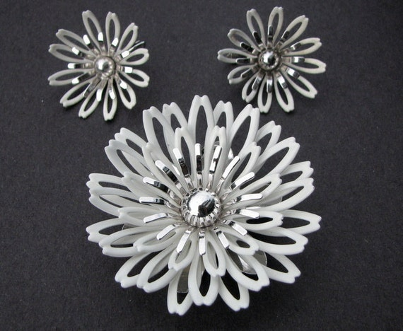 Vintage Sarah Coventry White Enamel Flower and Silver Tone Brooch/Pendant and Earring Set