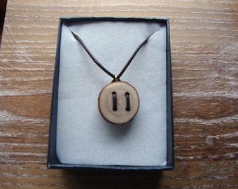 Wooden button on adjustable leather necklace - Collier en cuir avec bouton en bois