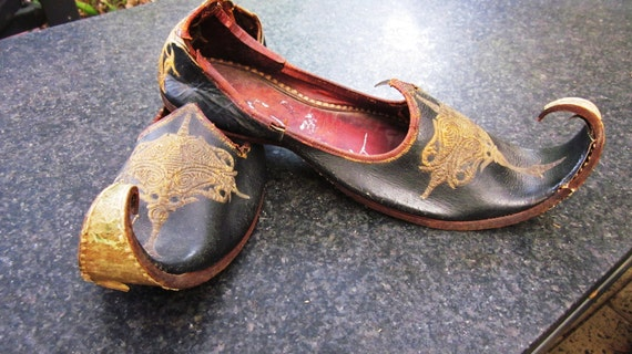 SALE! Rare Khussa Mojari Antique Leather Embroidered handcrafted Curly toe Shoes from India. ethnic, Elf, dance, tribal.