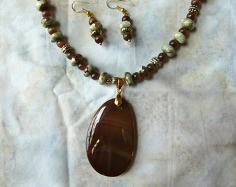 19 Inch Green Agate and Carnelian Necklace with Pendant and Earrings