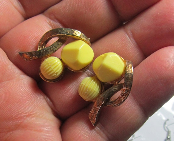 vintage  amazing pair of clip earrings not marked