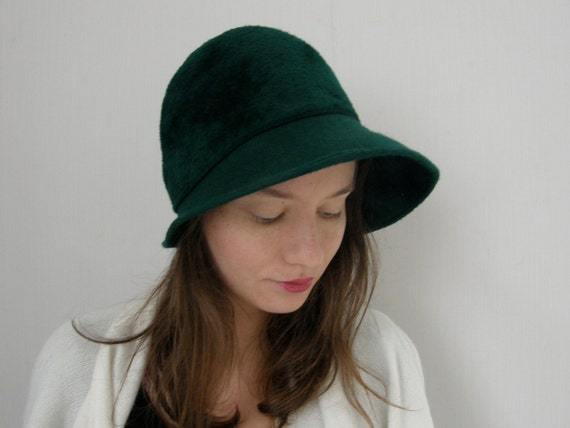 Forest green vintage hat with soft, brushed woollen surface