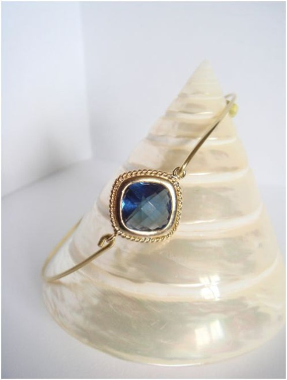 Blue faceted glass and gold bangle - Blue bracelet - Everyday jewelry - Minimalist jewelry