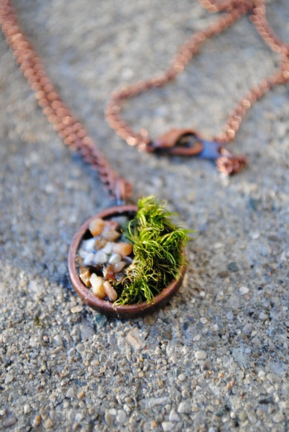 real moss bed crushed pebble necklace in copper tone