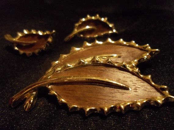 """Sarah Coventry Vintage Brooch and Earrings """"Wooded Beauty"""" Gift Box and FREE Shipping"""
