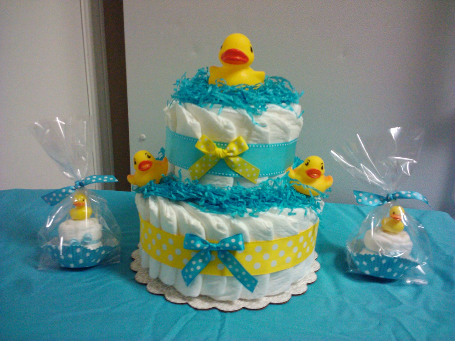 Duck diaper cake and matching cupcakes baby shower for Baby shower decoration diaper cake