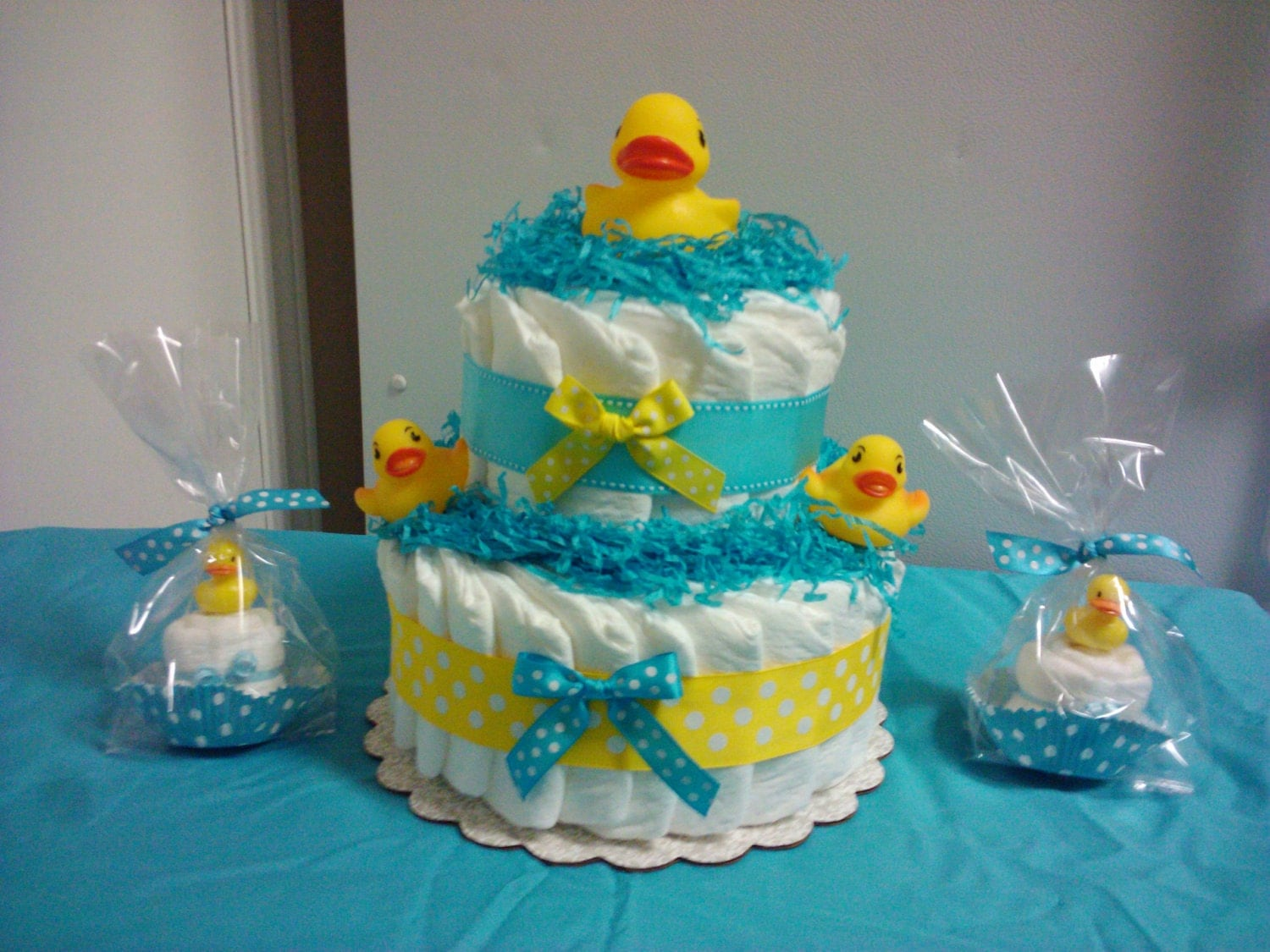 Duck diaper cake and matching cupcakes baby shower for Baby shower cake decoration idea