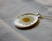 pressed flower necklace white daisy petals winter colors handmade resin jewelry romantic beautiful pendant natural botanical jewelry