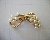 Vintage Crown Trifari brooch pearl and rope