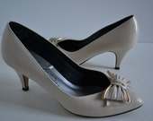 Vintage Vegan Fanfare Pumps SZ 6B  Cream with Gold Metal outlining bow 3 Inch Heel
