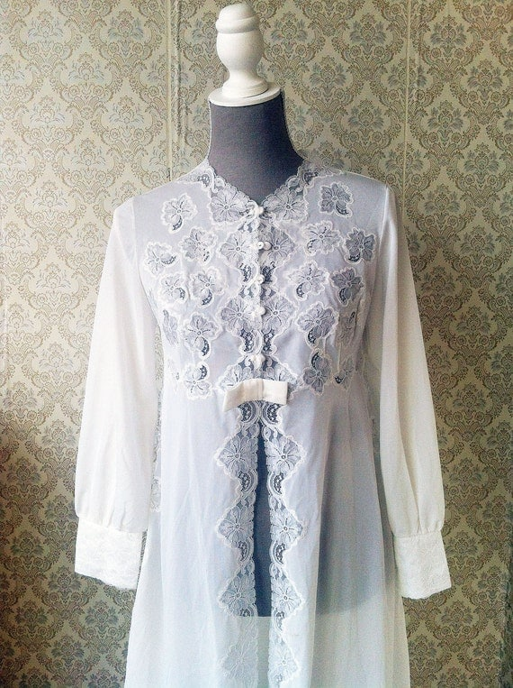 Vintage white dressing gown with Lace