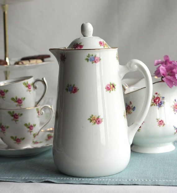 Vintage coffee pot / hot water jug / iced tea jug: pretty Tuscan china decorated with delicate roses, a lovely addition to your tea table
