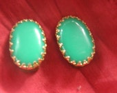 Vintage 60s Oval Emerald Green & Gold Toned Clip-on Earrings