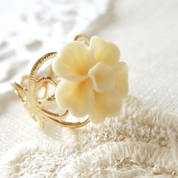 Golden Filigree Ring with Cream White Sakura