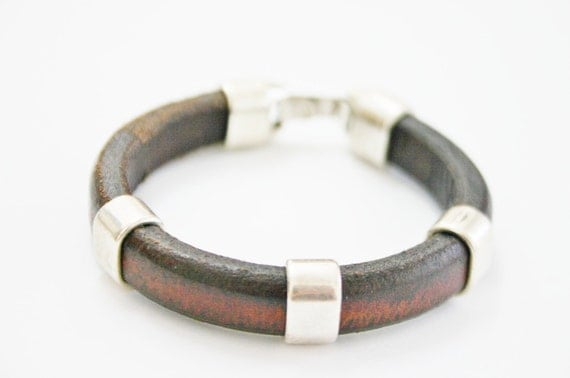 Licorice leather bracelet with three silver plating pieces. Men style