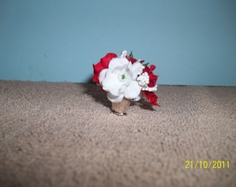 Small red and white flower arrangement.1/24 scale