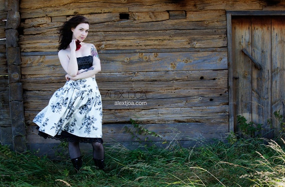 Skirt Roseraie offwhite with grey Roses and Black Lace.