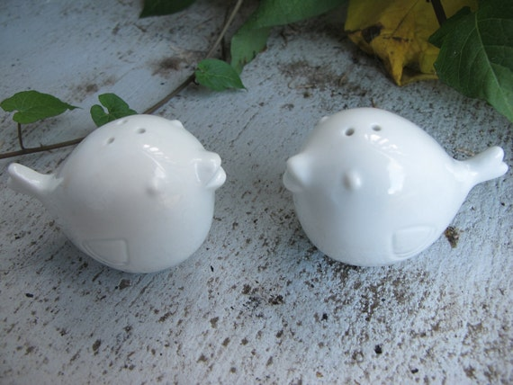 LOvEBiRDS SALT AND pEppER SET. CERAMiC WEDDiNG CAkE TOppERS.