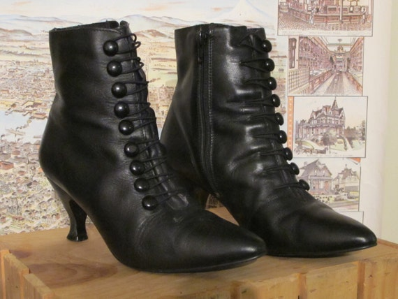 ViCToRiAN BUTToN UP ANKLE BooTS iN BLACK