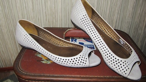 WHiTE LEATHER oPEN ToEd Flats WiTh EyElet CUToUts by JOy Chen. SiZe 6.5.