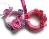 Pink and Lilac Micro Wreath : cute, tiny yarn wreath with flowers or buttons, pink, lilac and purple, with hanging ribbon