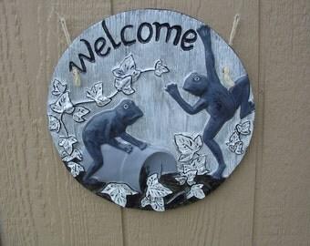 Welcome - Frogs - Cement Plaque - Indoor Outdoor Decoration - Garden, Party, Garage, Entryway